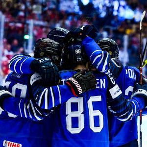 Finska spelare firar mål.