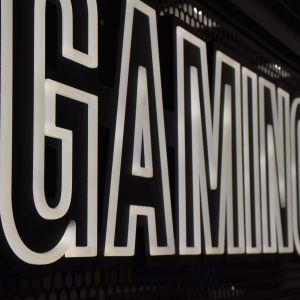 """en skylt där det står """"gaming"""""""