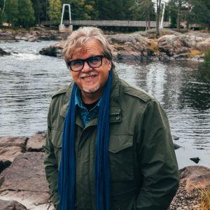 Mikko Alatalo maihari päällä lapsuuden maisemissa Kiiminkijoella Koitelinkoskella.