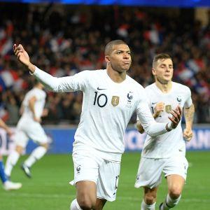Kylian Mbappé jublar efter sitt mål mot Island.