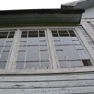 Verandan på Villa Kolkka har ett vackert mönster av små och större fönster.