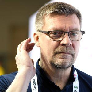 Jukka Jalonen svarar på frågor efter fredagens träningspass i Bratislava.