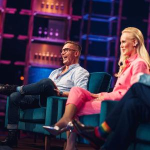 Sami Saikkonen nauraa Elämäni Biisi -sohvalla, kuvassa myös Jutta Helenius ja Eero Lehtimäki.
