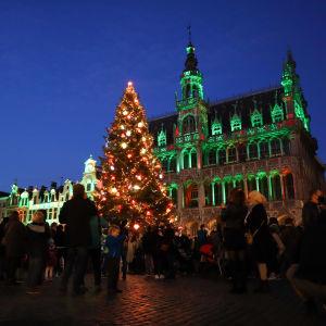 En julgran lyser upp det historiska torget Grand-Place i Bryssel.