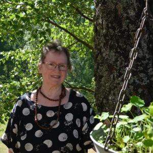 Ingeborg Spiik bredvid ett träd.
