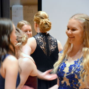 Flickor från tvån i Korsholms gymnasium dansar de äldstes dans.