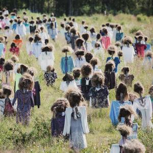 Heinäseipäistä ja turpeesta tehtyjä Hiljainen kansa -teoksen hahmoja pellolla Suomussalmella.