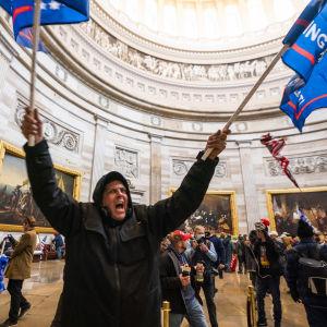 Demonstrant med Trump-flaggor.