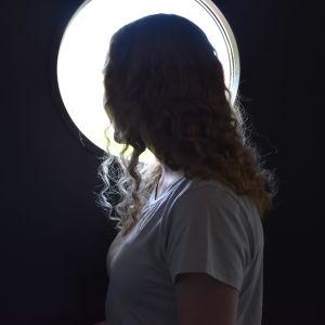 Porilainen opiskelija nainen katsoo ulos oven ikkunasta