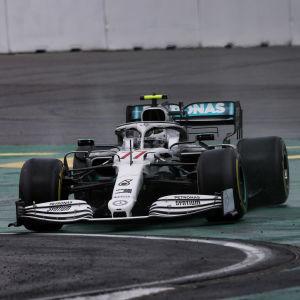 Valtteri Bottas kör ut på banan i sin vita Formula 1 bil.
