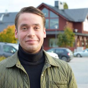 Man framför köpcenter i Ingå