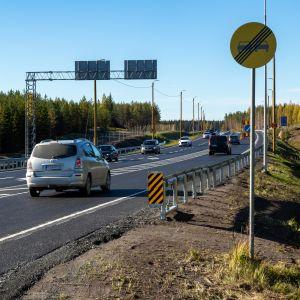 Autoja uudella asvaltilla valtatiellä yhdeksän