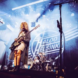 Haloo Helsingin Elli soittaa bassoa Tavastian lavalla.