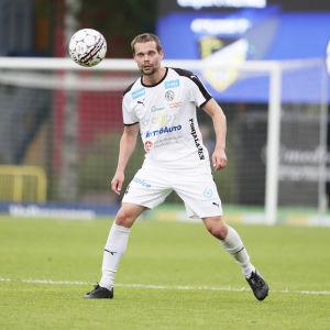 Jesper Engström tar emot bollen