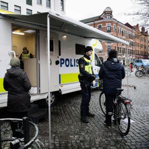 Polisbil vid Möllevångstorget i Malmö.