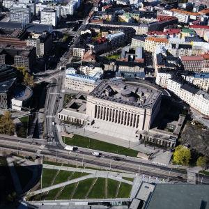 Riksdagen och omgivande hus i Tölö fotograferade från luften.