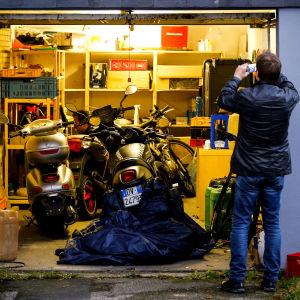 Polisen söker igenom ett garage i Pulheim, Tyskland under räden mot misstänkta Ndrangheta-medlemmar på onsdag morgon.