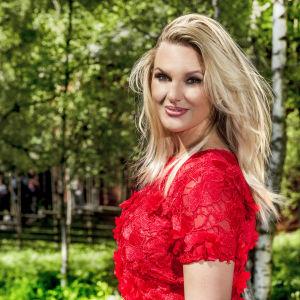 Sanna Nielsen i röd klänning
