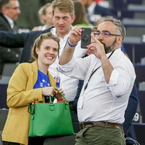 Tyska EU-parlamentarikern Terry Reintke och brittiska EU-parlamentarikern Scott Ainslie fotograferade i EU-parlamentet i Strasbourg i somras.