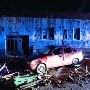 Krossade fönsterrutor, en tillbucklad bil och annat bråte på en gata i byn Hrušky. Bilden är tagen på torsdag kväll.