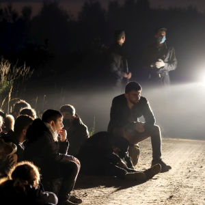En grupp illegala migranter gripna Vorzova, Lettland i augusti 2021.