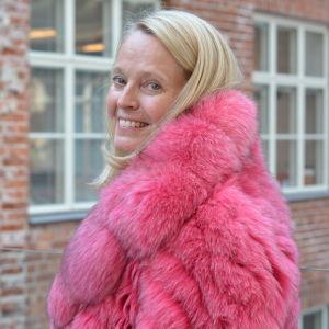 Lis-Marie Jansson, lärare på Centria i Jakobstad, visar upp ett elevarbete