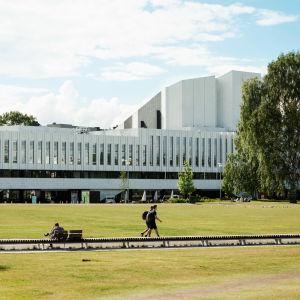 Finlandia talo radan puolelta kuvattuna 7.7.2018.