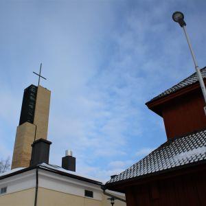 Tornet på Gamlakarleby stadskyrka ovanför hustak.