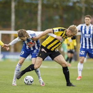 HJK:n Riku Riski ja Hongan Henri Aalto kamppailevat pallosta.