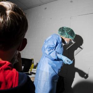 Kuvassa lapselle tehdään koronavirustestiä Helsingissä elokuussa 2020.