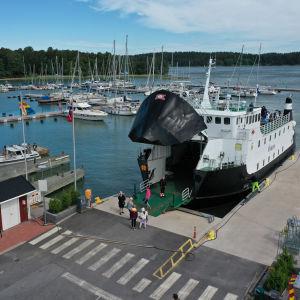 Förbindelsefartyget Östern kommer iland i Nagu Gästhamn.