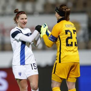 Natalia Kuikka hälsar på målvakten Tinja-Riikka Korpela.
