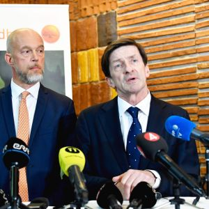 Swedbanks CEO Anders Karlsson och syurelseordförande Lars Idermark håller presskonferens.