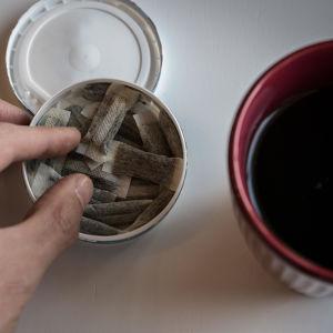 Portionssnus och kaffekopp.