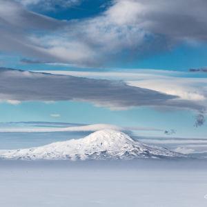 Berg och snö i Antarktis.
