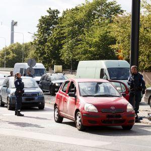 En polisoperation är i gång på Sandviksgatan i Helsingfors.