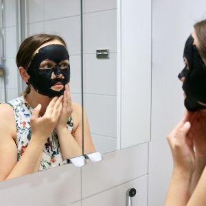 Kvinna med en svart ansiktsmask