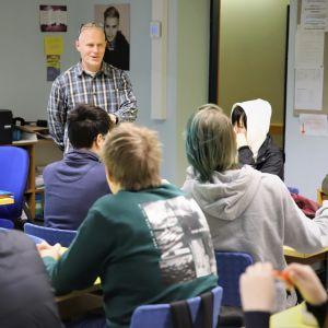 Opettaja Petri Rautio opettaa tunnilla.