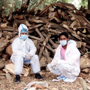 Två personer i skyddsutrustning i Indien.