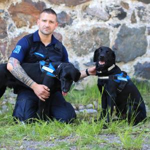 Jukka Malinen med två tullhundar.