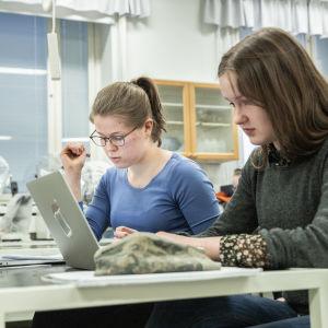 Kuopiolainen Aino Kilpeläinen laskee matematiikan tehtäviä tunnilla ystävänsä kanssa