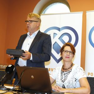 Peter Östman och Sari Essayah på sommarmötet för Kristdemokraternas riksdagsgrupp.
