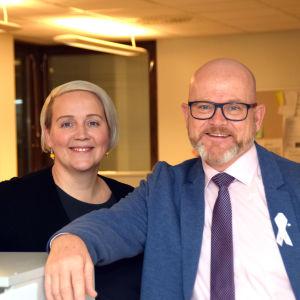 """Jessica Westerholm och Johan Lindholm spelar med i revyn """"Med Risk för Raseborg"""" på Tryckeriteatern i Karis."""