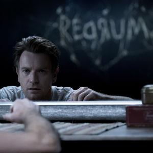 En förvånad och skrämd Danny (Ewan McGregor) ser i spegeln att det på den motsatta väggen dykt upp ordet REDRUM.