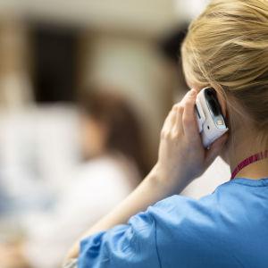 Skötare svarar i telefon