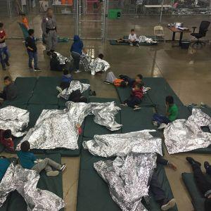 Lapsia keskuksen lattialle levitetyillä patjoilla.