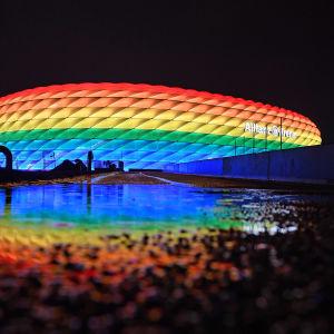 Allianz arenan i München upplyst i regnbågens färger.