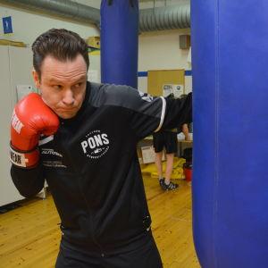 Aslak Bredenberg poserar vid boxningssäck.