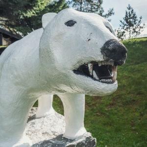 Betonista tehty jääkarhupatsas