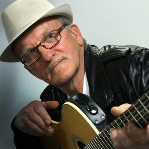 Hans Martin med en akustisk gitarr.